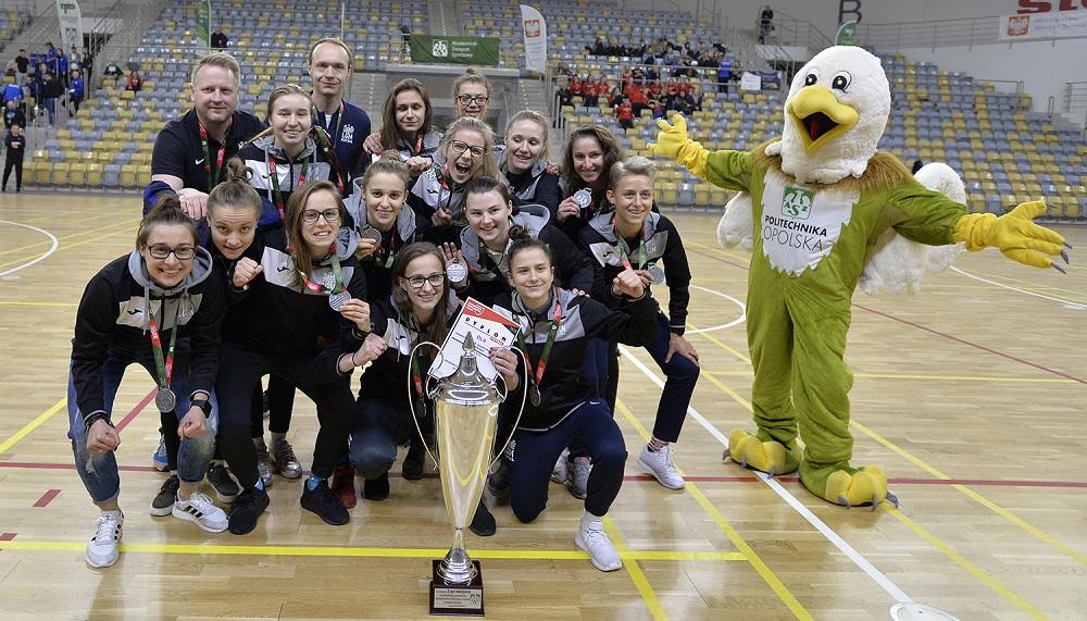 Wojciech Weiss ze swoją srebrną drużyną, turniej finałowy AMP w futsalu kobiet, Opole 2019, fot. Paweł Skraba
